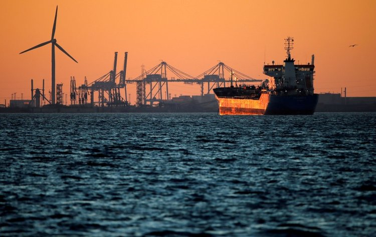 Market Update: Oil Prices Slump as US Sanctions on Iran Loom Large